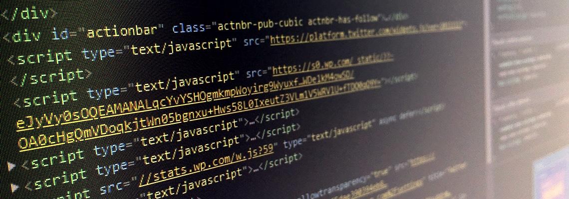 Digitaalisen sisällöntuotannon opintolinjan verkkosivu kuvituskuva, jossa on koodia tietokoneen näytöllä.